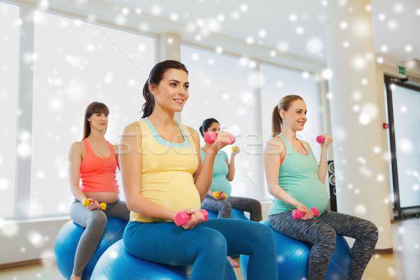 Ciąży kobiet hantle wykonywania piłka ciąży Zdjęcia stock © dolgachov