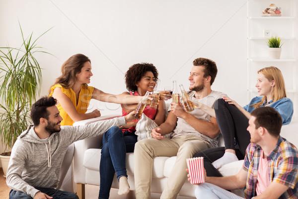 Szczęśliwy znajomych popcorn piwa domu przyjaźni Zdjęcia stock © dolgachov