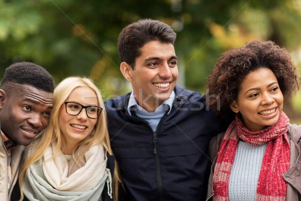 Groep gelukkig internationale vrienden buitenshuis mensen Stockfoto © dolgachov