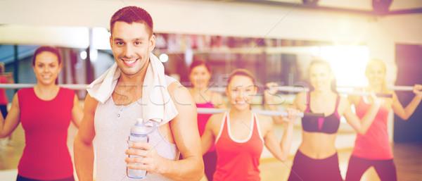 Uśmiechnięty trener grupy ludzi fitness sportu szkolenia Zdjęcia stock © dolgachov
