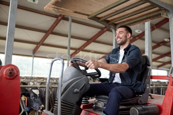 Man landbouwer rijden trekker boerderij Stockfoto © dolgachov