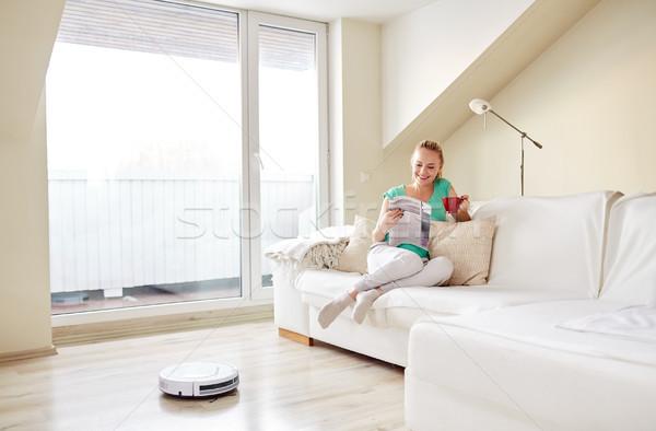 Сток-фото: счастливым · женщину · робота · пылесос · домой · люди