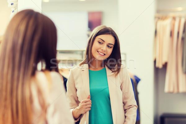 Mutlu kadın poz ayna giyim depolamak Stok fotoğraf © dolgachov