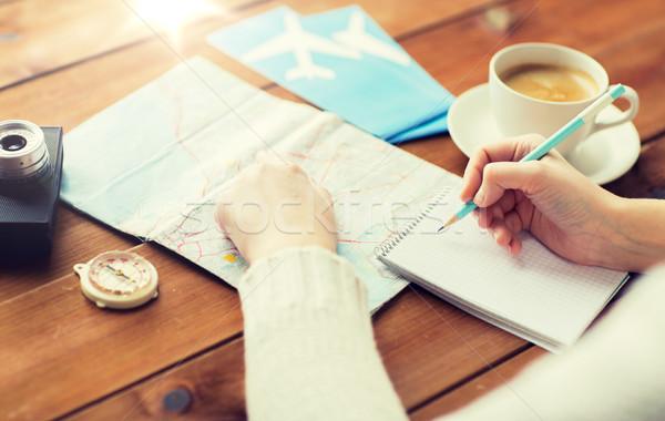 Közelkép utazó kezek jegyzettömb ceruza vakáció Stock fotó © dolgachov