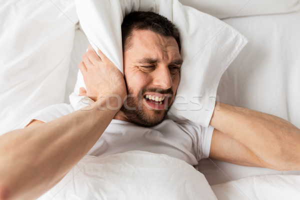 Man bed kussen lijden lawaai mensen Stockfoto © dolgachov