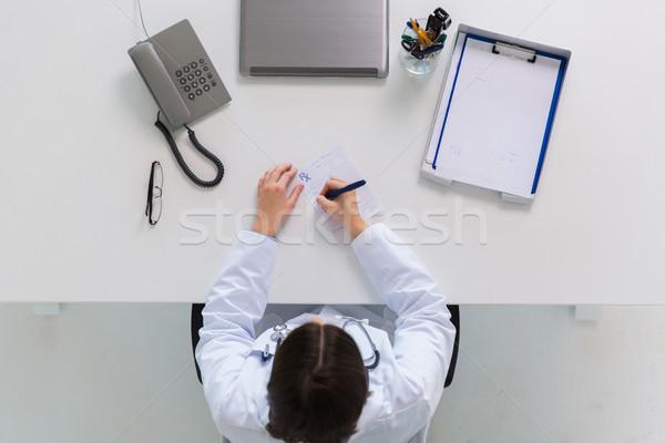 Médico escrita prescrição tabela medicina saúde Foto stock © dolgachov
