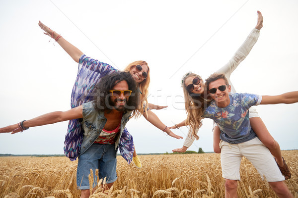 Gelukkig hippie vrienden granen veld Stockfoto © dolgachov