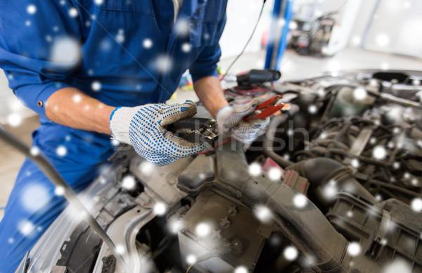 Mecánico de automóviles manos batería coche servicio reparación Foto stock © dolgachov