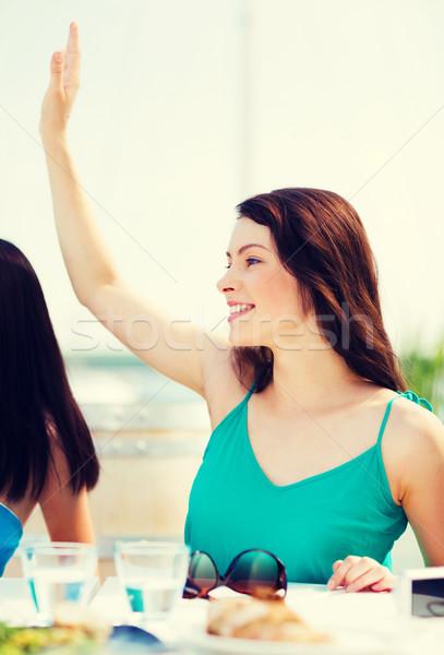 Lány integet kéz kávézó tengerpart nyár Stock fotó © dolgachov