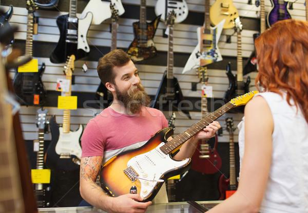 Stock fotó: Asszisztens · mutat · vásárló · gitár · zene · bolt