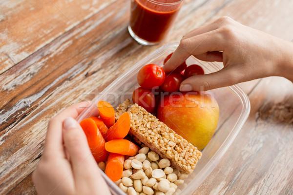 Manos comida vegetariana cuadro alimentación saludable dieta Foto stock © dolgachov