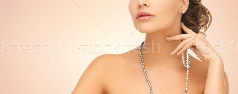 Mujer perla pendientes collar moda estilo Foto stock © dolgachov