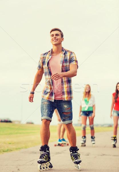 Csoport mosolyog tinédzserek ünnepek vakáció szeretet Stock fotó © dolgachov