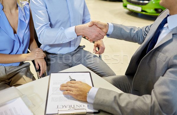 Apretón de manos cliente auto salón negocios Foto stock © dolgachov