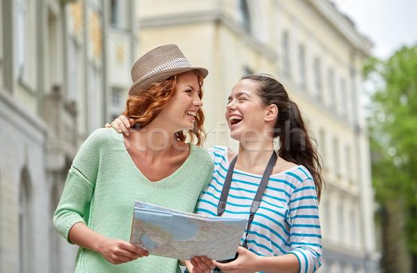 Mosolyog tinilányok térkép kamera kint turizmus Stock fotó © dolgachov