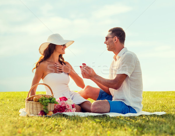 Сток-фото: улыбаясь · пару · небольшой · красный · шкатулке · пикника