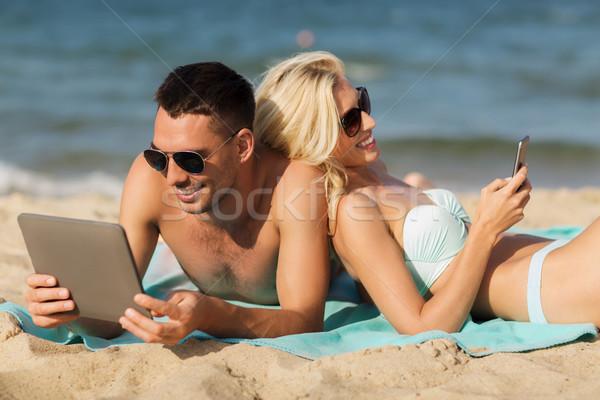 Mutlu çift güneşlenme plaj sevmek Stok fotoğraf © dolgachov