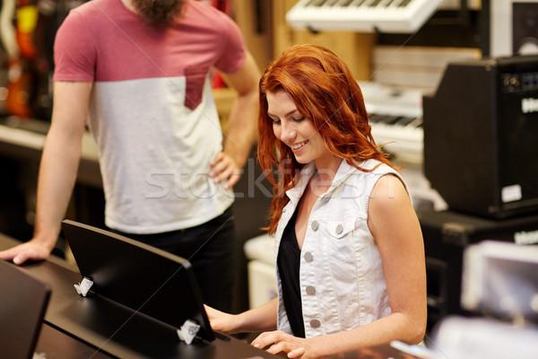 Hombre mujer jugando piano música tienda Foto stock © dolgachov