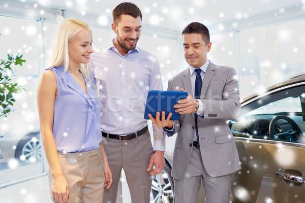 Feliz casal revendedor de automóveis automático mostrar salão Foto stock © dolgachov