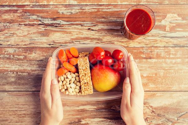 Handen vegetarisch eten vak gezond eten dieet Stockfoto © dolgachov