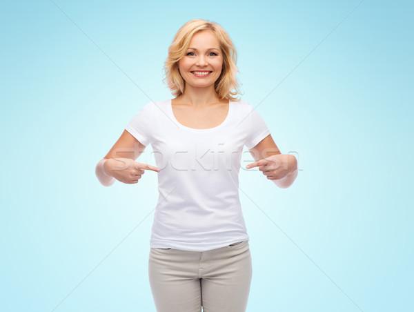 Glimlachende vrouw witte tshirt wijzend gebaar advertentie Stockfoto © dolgachov