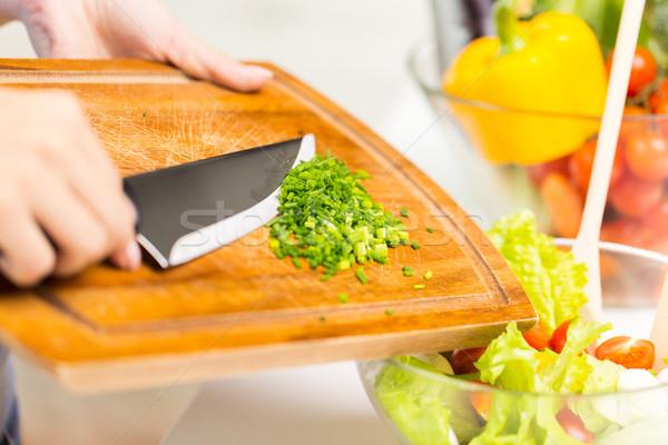 Közelkép nő aprított hagyma főzés saláta Stock fotó © dolgachov
