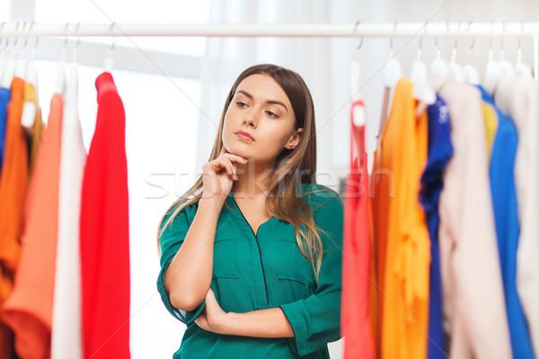 Vrouw kiezen kleding home garderobe kleding Stockfoto © dolgachov
