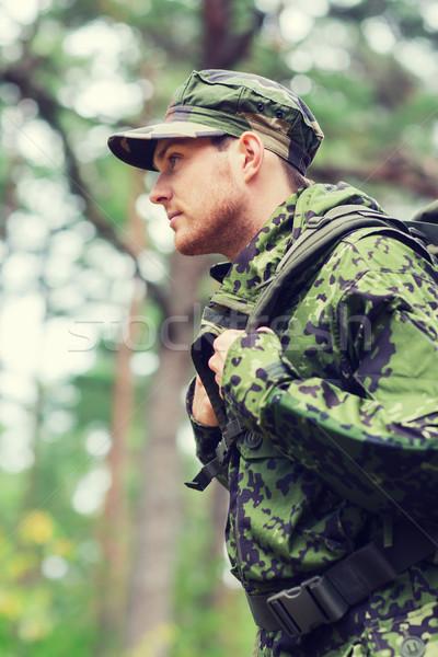 Giovani soldato zaino foresta guerra escursioni Foto d'archivio © dolgachov