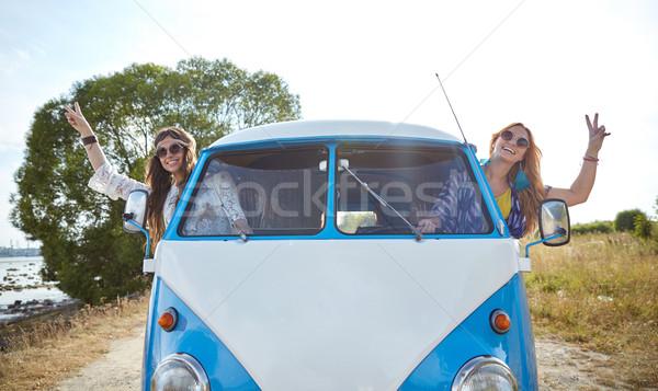 Mosolyog fiatal hippi nők vezetés mikrobusz Stock fotó © dolgachov