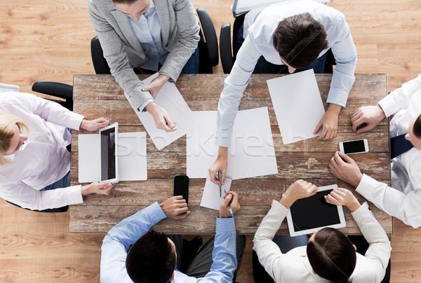 Közelkép üzleti csapat papírok kütyük üzletemberek csapatmunka Stock fotó © dolgachov