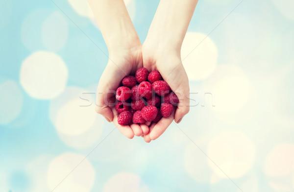 Mulher mãos framboesas alimentação saudável Foto stock © dolgachov