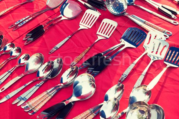 Tafelgerei keukengerei verkoop straat markt lepels Stockfoto © dolgachov