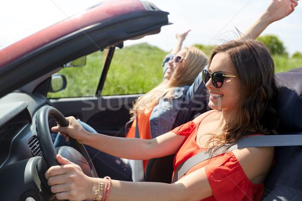 Sorridente mulheres jovens condução cabriolé carro verão Foto stock © dolgachov