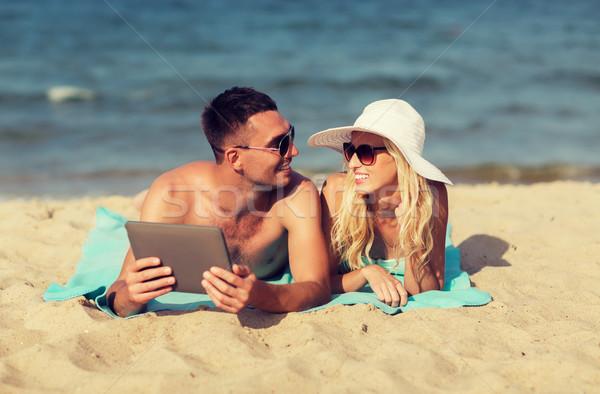Boldog pár táblagép napozás tengerpart szeretet Stock fotó © dolgachov