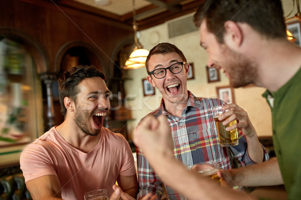 Football fans amis bière sport bar Photo stock © dolgachov