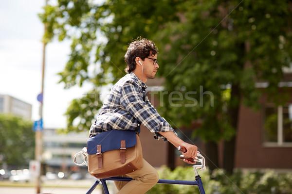 Genç adam çanta binicilik sabit Stok fotoğraf © dolgachov