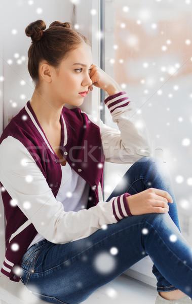 Triest mooie tienermeisje naar venster mensen Stockfoto © dolgachov