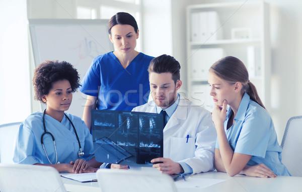 Grupy lekarzy xray obraz radiologia Zdjęcia stock © dolgachov