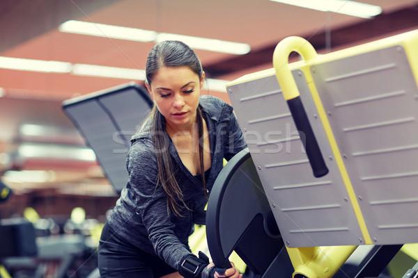 Genç kadın bacak basın makine spor salonu uygunluk Stok fotoğraf © dolgachov