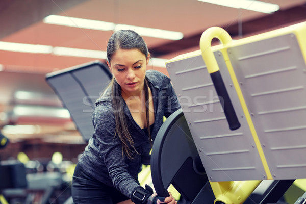 Jeune femme jambe presse machine gymnase fitness Photo stock © dolgachov