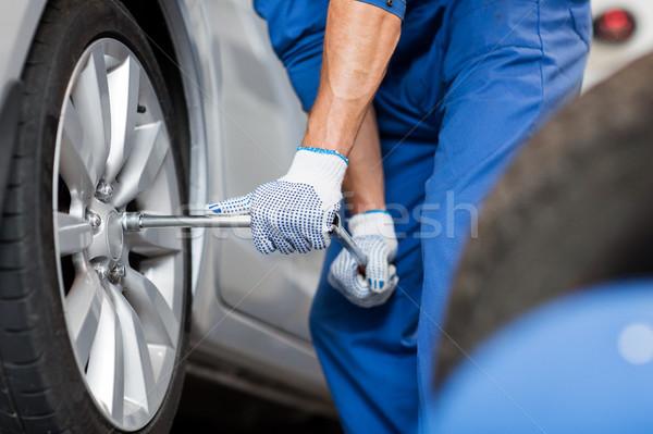 Mecanic surubelnita maşină anvelopă serviciu repara Imagine de stoc © dolgachov