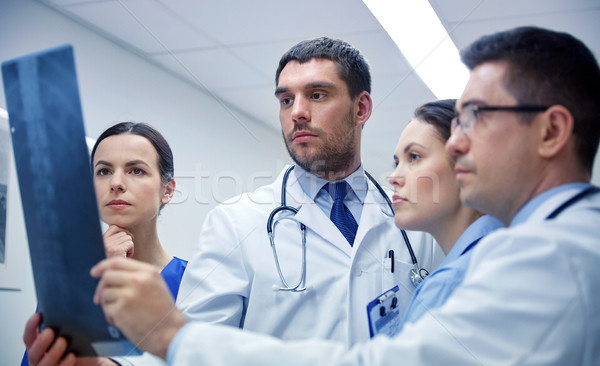 Gruppo medici guardando Xray scansione immagine Foto d'archivio © dolgachov