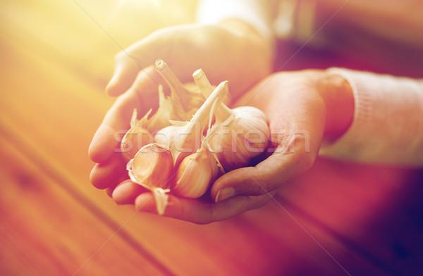 женщину рук чеснока здоровья люди Сток-фото © dolgachov