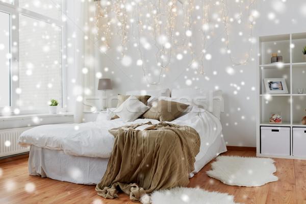 спальня кровать Рождества гирлянда домой Сток-фото © dolgachov