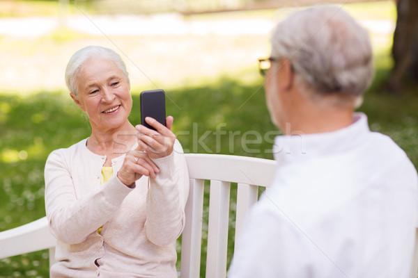 Oude vrouw man smartphone park technologie Stockfoto © dolgachov
