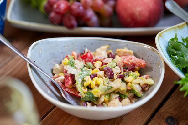 Füstölt csirkesaláta tál fa asztal étel gasztronómiai Stock fotó © dolgachov