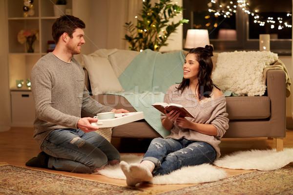 Feliz casal livro comida casa lazer Foto stock © dolgachov
