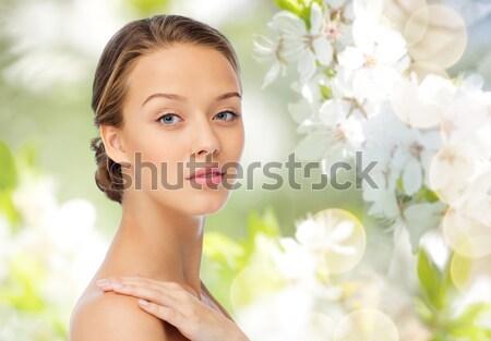 Mujer hermosa flor blanca retrato mujer cara belleza Foto stock © dolgachov