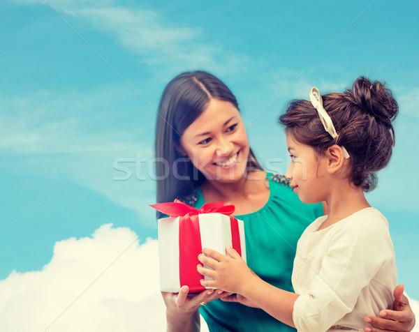 Feliz mãe criança menina caixa de presente férias Foto stock © dolgachov