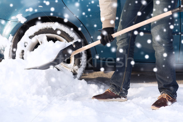 Homme neige pelle voiture transport Photo stock © dolgachov
